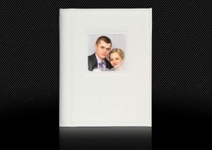 Свадебная фотокнига в белой кожаной обложке. Дополнительные элементы: маленькое окошко, двойная прострочка