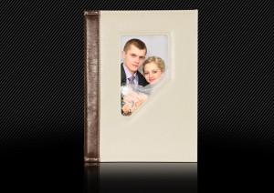 Свадебная фотокнига с белой кожаной обложкой и темно-коричневым корешком, обложка