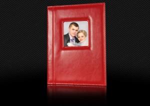 Красная свадебная фотокнига с маленьким окошком для фотографии в обложке