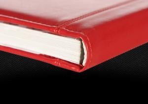 Красная свадебная фотокнига с маленьким окошком для фотографии в обложке, торец